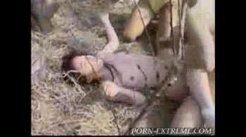 หนังโป๊ข่มขืนสาวหมวยชะตาหอยขาด เจอโจรปล้นสวาทลากขึ้นรถไปรุมในป่า